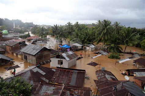 foto banjir bandang rendam kota manado