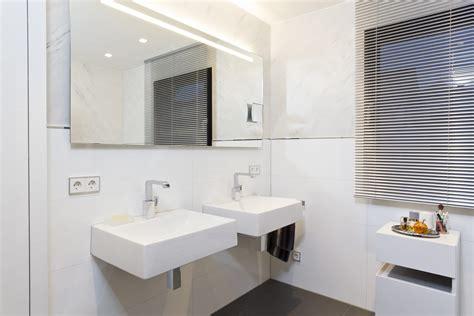 Badezimmer Fliesen Konfigurator by Badezimmer Wei 223 Doppelwaschtisch Armaturen Gro 223 Er Spiegel