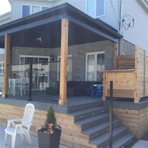 construction dun patio avec toit  rampe de verre
