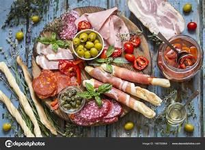 Italienische Möbel Essen : italienisches essen schinken oliven grissini ger ucherte wurst schinken stockfoto ~ Sanjose-hotels-ca.com Haus und Dekorationen