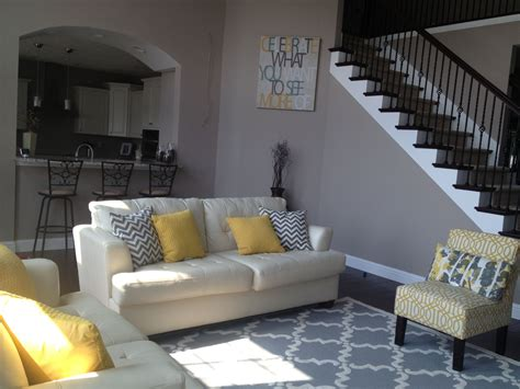Living Room Ideas With Yellow And Gray by Yellow And Gray Living Room Trellis Rug Chevron Pillows