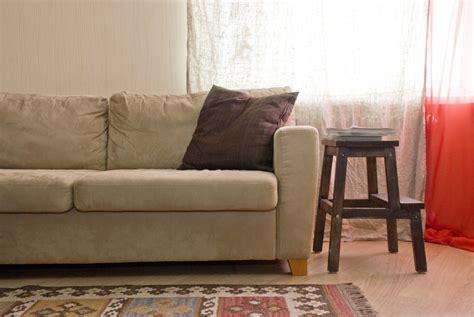 détacher un canapé en daim clair les astucieux
