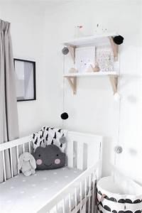 noir et blanc s39invitent dans la chambre d39enfant joli tipi With déco chambre bébé pas cher avec coussin Í fleurs