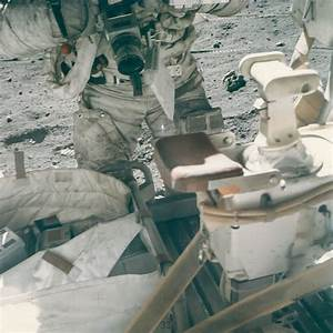 the moon - How did the Apollo astronauts change film in ...