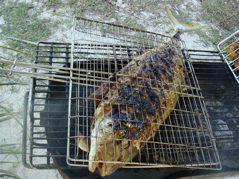 cuisine barbecue enorme poisson grillé barbecue sur la plage seychelles