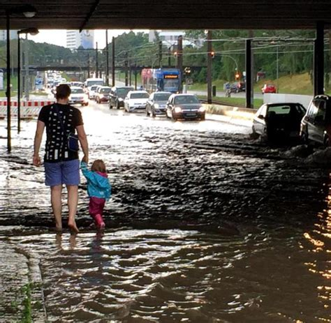 Gerueste Und Schalungenwarnowquerung Bei Rostoc by Unwetter 252 Ber Rostock Starkregen 252 Berschwemmt Stra 223 En Welt
