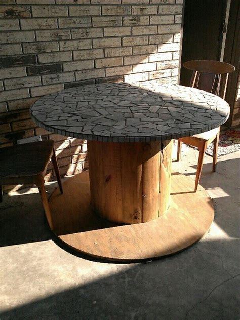 mesa mosaico hecho de carrete de madera reutilizado