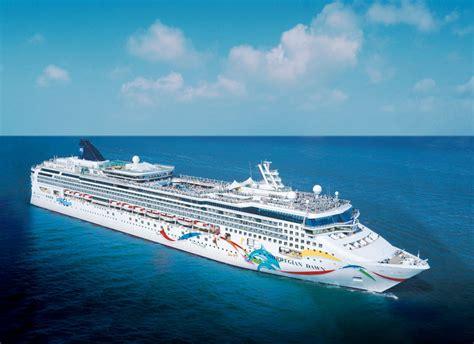 Cruise Ship Transports Passengers To Shore - Bernews