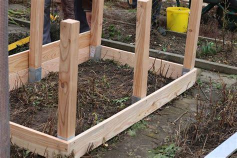 Garten Hochbeete Selber Bauen by Einfaches Hochbeet Selber Bauen Pfosten Eingesetzt