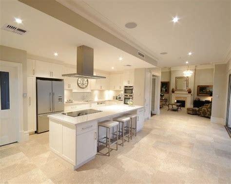 white kitchen travertine floor ivory travertine tiles sefa 1415