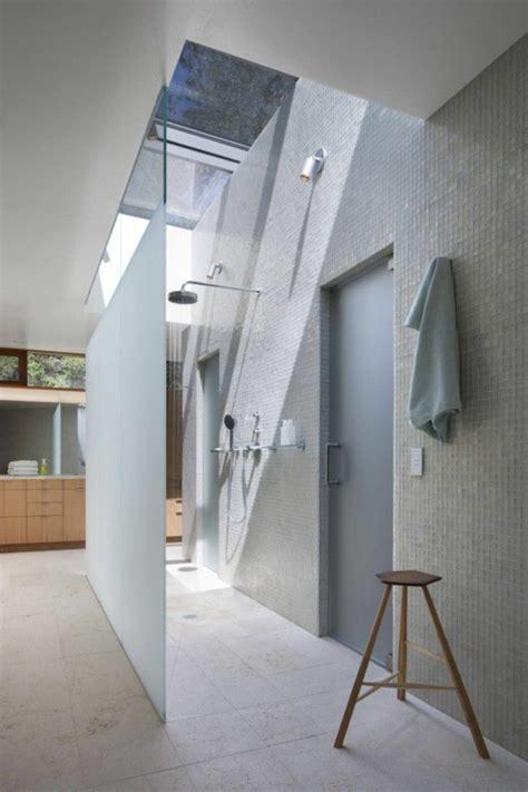 chambre avec plafond en pente une salle de bain sous pente ou sous combles en 52 photos