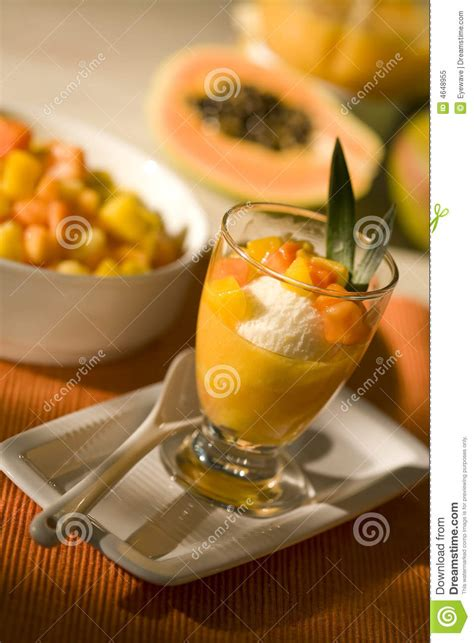 dessert de glace avec le fruit tropical photo libre de droits image 4648955