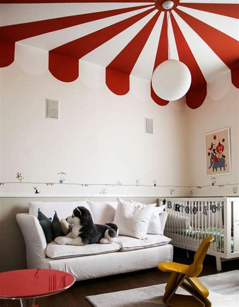 astuce pour peindre un plafond un plafond et blanc pour un esprit cirque chez les enfants un plafond en couleur pour