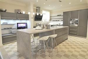 cuisine classique grise avec ilot central aubagne With cuisine contemporaine avec ilot central
