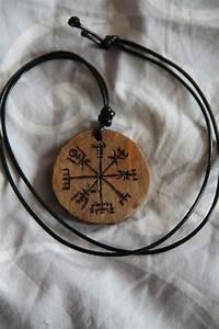 Compas De Vegvisir : collier pendentif en bois talisman amulette compas ~ Melissatoandfro.com Idées de Décoration