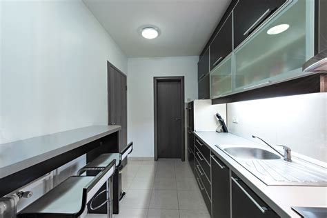 cocina alargada negra  gris hogarmania