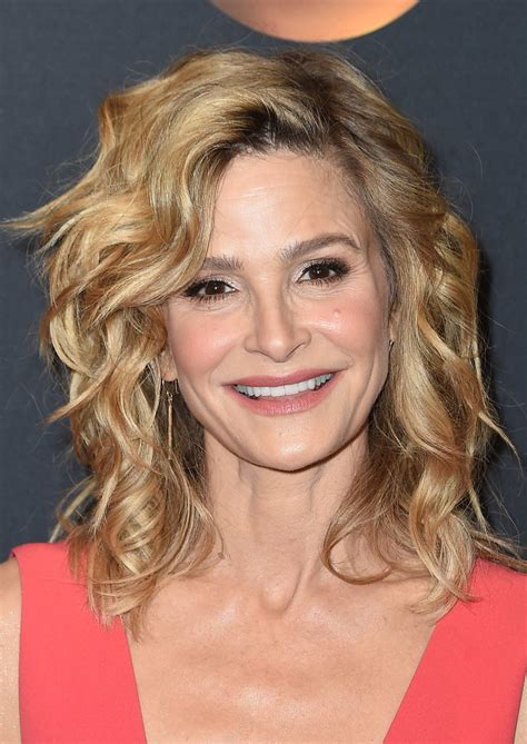 kyra sedgwick medium curls shoulder length hairstyles lookbook stylebistro