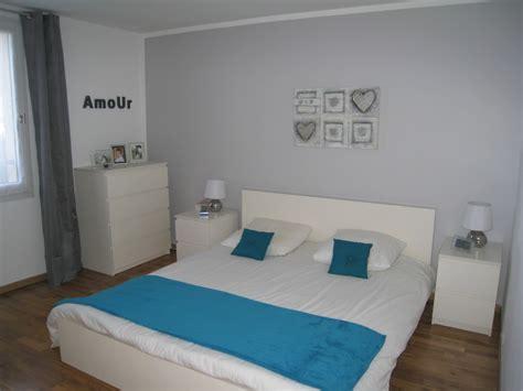 chambre avec mur en notre chambre avec un mur gris et linge de lit bleu canard