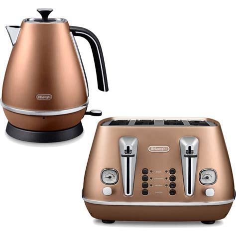 De'Longhi Distinta 4 Slice Toaster and Kettle Bundle
