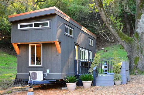 Small Homes : Tiny House Walk Through (exterior)