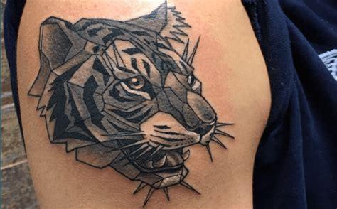 tatouage tete de lion geometrique