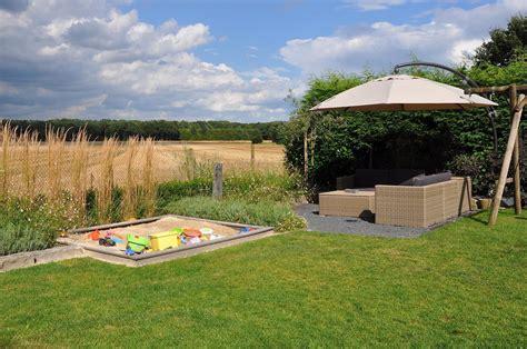 Sandkasten Für Terrasse by Familiengarten Mit Terrasse Und Sandkasten Pflanz Konzept