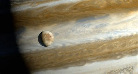 Jupiter's moon Europa glows in the dark — and that may ...