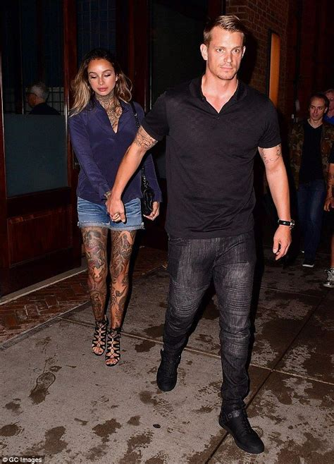 joel kinnaman y su esposa margot robbie and cara delevingne rock saucy looks on
