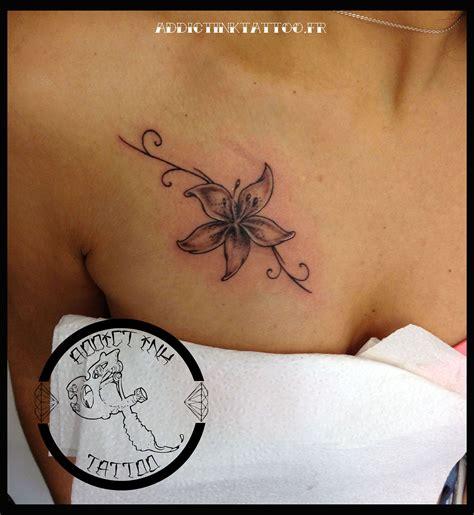 tatouage fleur avec lettre modeles  exemples