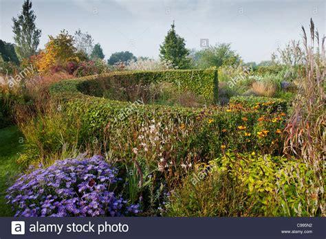 rasen säen im herbst marchants sussex ornamentalen rasen herbst herbst oktober gartenpflanze kreisf 246 rmige skulpturale
