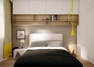 Regal über Bett : holz regale und wei e schr nke ber dem bett kleines zimmer pinterest bett schr nkchen ~ Markanthonyermac.com Haus und Dekorationen