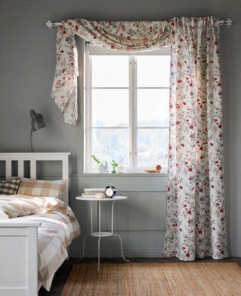 schlafzimmer vorhänge ideen mit bl 252 ten bedruckte gardine an einem schlafzimmerfenster