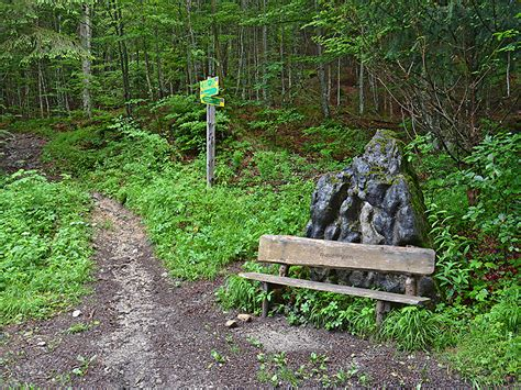 gras nach dem mähen liegen lassen den markanten felsblock mit der sitzbank lassen wir rechts liegen