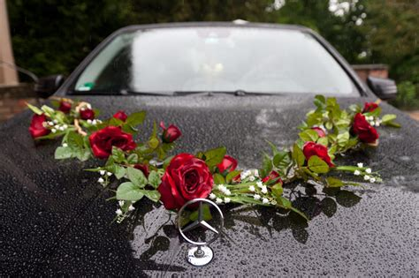 blumengesteck hochzeit auto rotschwarz designgoldene hochzeit in kirche nikolskoe