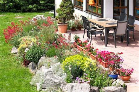 Terrasse Mit Blumen Gestalten terrasse mit steingarten und bunten blumen garten
