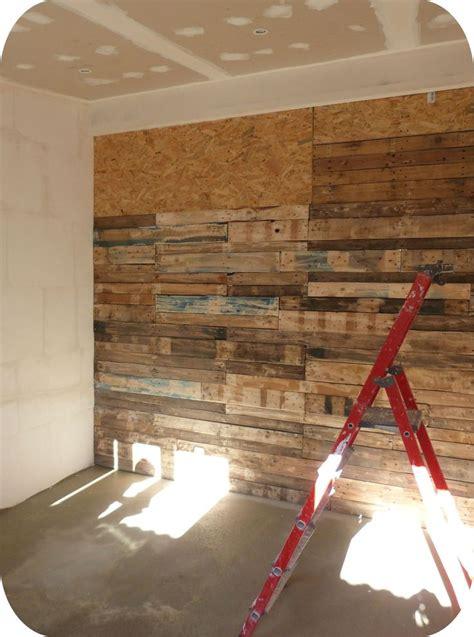 bureau d angle en bois des palettes dans la chambre cocon de décoration le