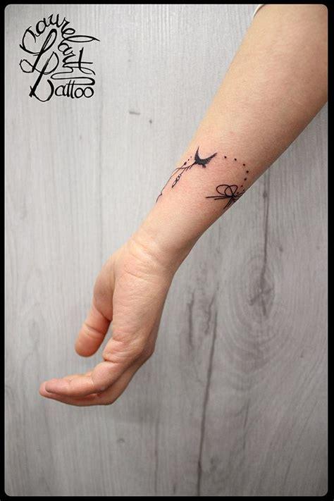 tatouage poignet fleur  prenom