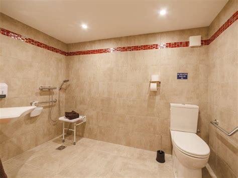 chambre pmr chambre pmr de 1 à 4 personnes alpina aquarelax hotel