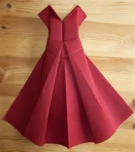 pliage de serviette en papier pour mariage pliage de serviette en papier en forme de robe de soirée plier une serviette de table en papier