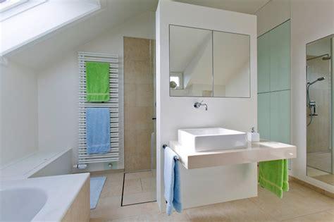 Dusche In Der Dachschräge by Dusche Und Badschrank Geschickt In Der Dachschr 228 Ge