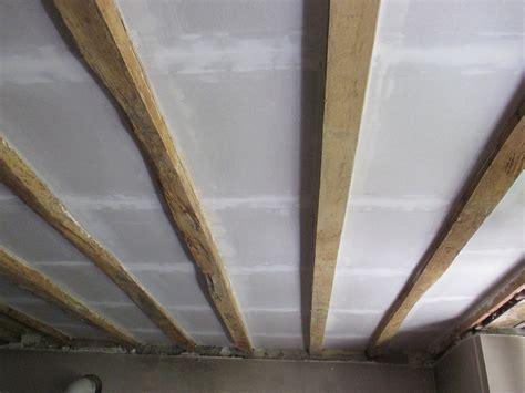 isolation plafond entre poutres apparentes pose de placo au plafond entre poutre