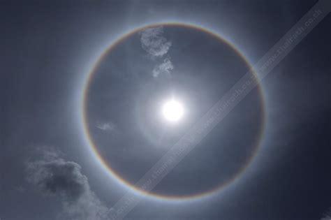 ความเชื่อต่างๆ จักรวาล ท้องฟ้า พระอาทิตย์ พระอาทิตย์ทรงกลด ฮือฮาพระอาทิตย์ทรงกลด กูรูเผยสิ่งที่หลายคนไม่เคยรู้ เมื่อกางนิ้วโป้งกับก้อยให้สุด!?