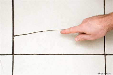 mit einem baustoff ausbessern fliesen reparieren theo schrauben