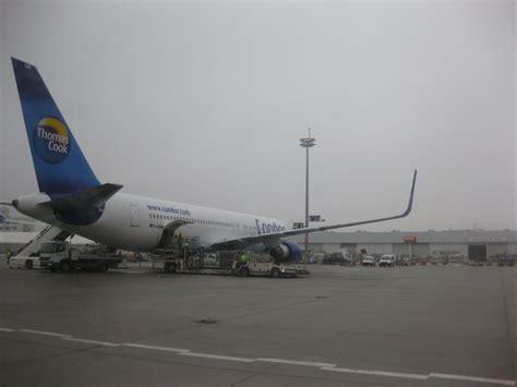 condor boeing 767 300 extended range er beim boarding in frankfurt am am 6 februar 2010