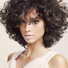 coupe cheveux frisés courts femme coupe courte permanente