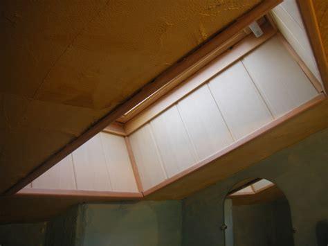 encadrement d une fenetre de toit en lambris