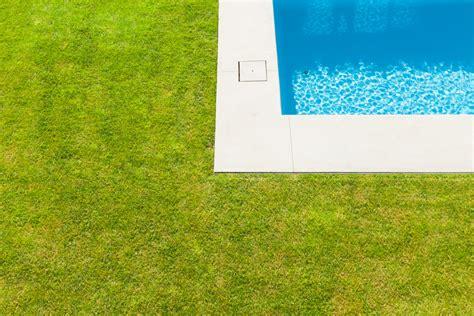 meuble de cuisine dans salle de bain gazon synthétique idéal pour une terrasse un balcon ou