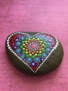 Steine Bemalen Vorlagen : hand painted mandala heart love river stone por valsmandalas herz pinterest painted rocks ~ Orissabook.com Haus und Dekorationen