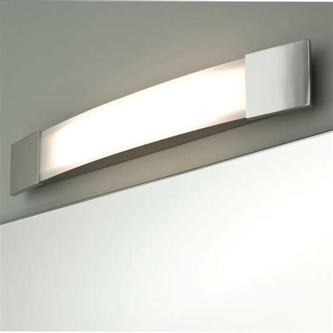 Ansprechende Spiegel Lampe fürs Bad in Chrom IP44 BOW PLUS