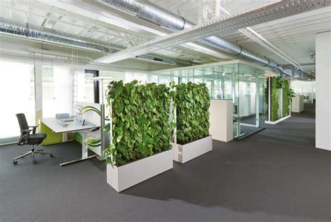 des bureaux en bois cloison de séparation acoustique végétale greenwall
